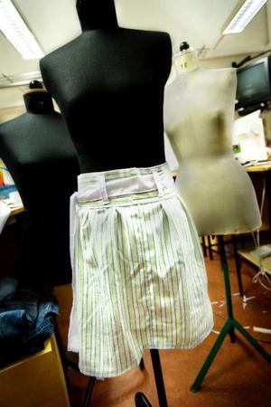 Johanna Falk hittade två herrskjortor förra veckan och en av dem har hon sytt om till en kjol.