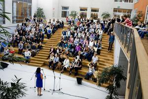Nya studenter samlade i flygelsalen inför en av de tidigare höstarnas högskolestarter.