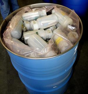 Termometrar med kvicksilver i emballeras i plastbehållare i tunnor. I vissa tunnor har flytande kvicksilver stabiliserats och packats i krus. BILD: SAMUEL BORG