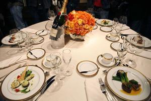 Vissa restauranger har marknadsfört att de sänkt priset med mellan 5 och 10 procent. Momssänkningen på krogen gäller dock inte alkohol.