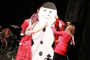 Barnen fick bygga snögubbe på scen.