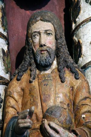 Altaruppsatsens gamla träskulpturer från 1600-talet har rengjorts med pensel.