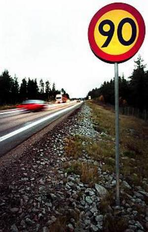 Arkivfoto: Nick Blackmon Skyltbyte.  110-vägar utan mittäcken sänks till 90 km/tim från och med fredag.