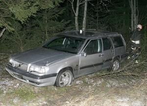 Bilen sladdade av vägen. Under räddningsarbetet fick trafiken dirigeras om till andra vägar.