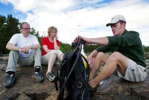 Lite bekymrade miner när Pelle Holmlund berättade om dykpaketet.