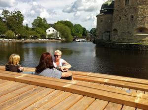 Jessica Landström, Veronica Digre och Emma Harrysson gillar trädäcket vid slottet.