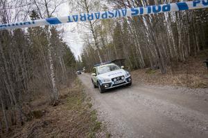 Familjen till Tova letade efter flickan på den tomt som kroppen senare hittades, under söndagen.