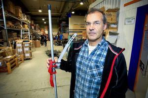 En lössnölyft för snöskotrar är den senaste produkten på företaget. Här visar Per Knutas upp den portabla lyften.