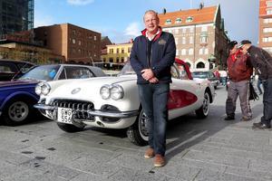 Många fastande för den vita och röda Chevrolet Corvetten från 1959 som i ytterligare några dagar ägs av 59-årige Göran Grape från Östersund.