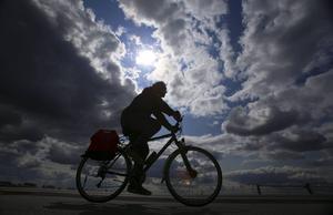 Kollektiva färdmedel kan ta över delar av personbilsresandet, liksom cykel och elcykel, menar skribenterna från Miljöpartiet.