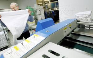 På _Storsjötvätt finns också en maskin som viker och manglar handdukar. Sten Jernvall berättar att det är svårt att säga hur mycket svinn det är på hans gods.