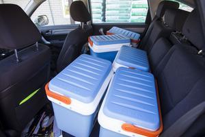 Hemtjänsten fyller bilen med matlådor från Tempo i Vågbro tre dagar i veckan.