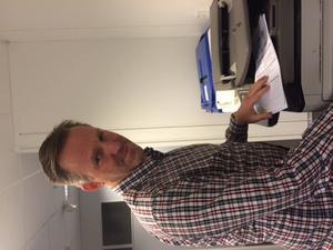 1) Viasats högkvarter: Kollegan Henrik Strömblad förbereder helgens matcher. Ni hör hans välbekanta stämma kommentera Manchester City–Tottenham på lördag.