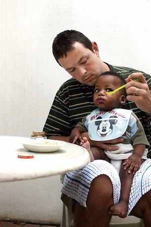 Lille Oskar blir matad av pappa.