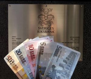 Marit Paulsen och Olle Schmidt, Folkpartiet, vill att Sverige snarast går över till euron.
