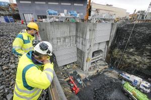 Ulf Larsson och Mikael Hagman från Jämtkraft blickar ned över utloppskanalen nedströms. I dagsläget arbetar runt 100 personer med byggnationerna av den nya stationen.