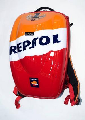 Racingrygga: Checkray Repsol Replica. Checkray har areodynamiskt utformade ryggsäckar med plats för packning och fack för en bärbar dator. Kostar från 1 500 kronor och finns i betydligt diskretare utförande än den här Repsolryggsäcken som är framtagen tillsammans med Repsols Moto GP-stall Rymmer 20 liter. Cirkapris: 1 995 kronor.