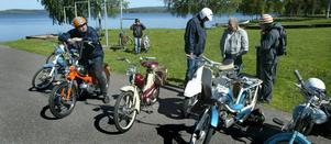 Nostalgisnack. Ett 40-tal moppeveteraner samlade vid Hällarna för Ludvikasvängen. Självfallet blev det en del snack om gamla mopeder.