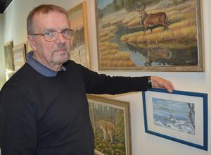 Anders Eklund målar mest i akryl. Nu ställer han ut för tolfte och sista gången i Borlänge centrum med övriga naturmålare.