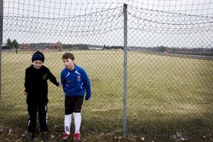 André Wallner och Davis Olsson tränar fotboll flera gånger i veckan.