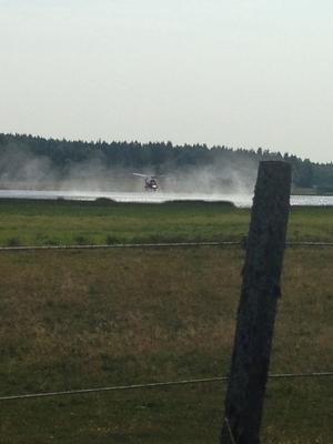 Helikopter hämtar vatten. Sara Dahlin