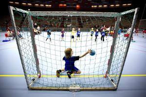 Match. Det borde finnas fler aktiviteter efter skoldagens slut, tycker skribenten. Bilden: handbollsmatch mellan Rönnbyskolan och Apalbyskolan.            Foto: Tony Persson/arkiv