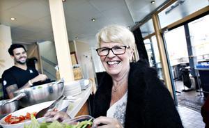 """SÄGER INTE TILL. """"Jag är dålig på att klaga, jag är så snäll och tänker 'stackars dem'"""", säger Vivianne Lindqvist, som  äter ute """"någon gång nu och då med vänner""""."""