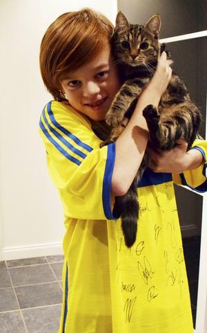 Theo Nilssons katt ville också vara med på bild.