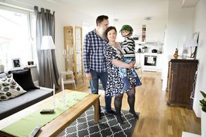 Johan Vallin och Åsa Jansson med Åsas son Erik är väldigt glada och nöjda över de öppna ytorna mellan kök och vardagsrum.