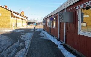 En ny skolbyggnad diskuteras i Gustafs vid Enbacka skola. Meningen är att barackerna ska bort.
