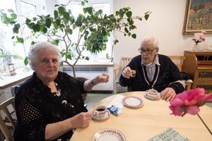 Gästerna Frideborg Olsson och Karl-Erik Berggren skålar i Baileys och whisky