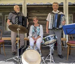 Old Fejs saknade för dagen två medlemmar, men Fredrik Svedberg, Maj-Britt Jonsson och Sixten Edlund skötte musiken med den äran.