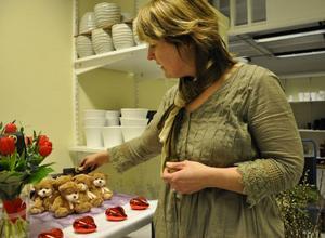 En liten chokladask eller en liten nalle är en fin gåva på Alla Hjärtans dag, tipsar Heléne Stengård.