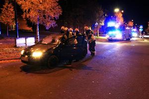 Brandmän sköt undan bilarna som krockade mitt i korsningen Kyrkgatan-Tullgatan i närheten av Busstorget.