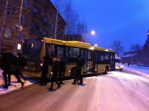 En buss hamnade över vägen och blockerade ett körfält på Gränsgatan.