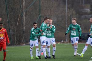 Memocan Elalmios, Johan Eklund, Anton Lundin och Erik Nilsson firar straffmålet.