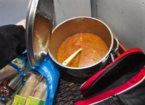 Skänkt. Soppan lagades av en Västeråsfamilj och ost- och skinkbaguetterna var över från en konferens.