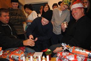 Alf Karlsson, till vänster, och Håkan Tomth fick presenter av ungdomarna och skålade i läsk, denna sista natt innan ungdomsgården stängdes.