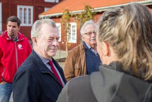 Sven-Erik Bucht anser att tillgång till bredband är lika viktigt som elektricitet. Här syns han vid ett besök på Stenegård i Järvsö.