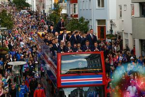 De isländska spelarna hyllas efter hemkomsten till Island.