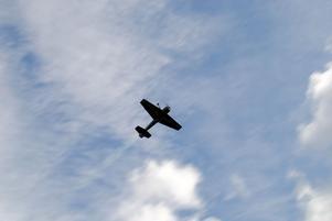 Deltagarna i årets Hemvändardag fick njuta av Anders Olssons flyguppvisning i sitt Yak 55 plan.