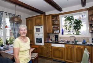 """Inger Sellgren.  """"Min man gör om allt själv här hemma. Han är lika händig som mormors far som byggde Stora Tallbacka"""", säger hon stolt."""