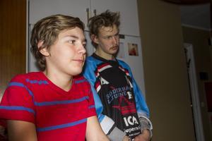 Bröderna Sebastian och Johan är lika förtjusta i hockey.