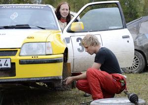 Drivaxeln är problemet. Mattias Ledin har bråttom. Angelica Ehn vid ratten.