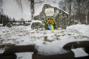 En vacker blomsterkrans placerades vid minnesstenen för Kungliga Hälsinge flygflottilj.