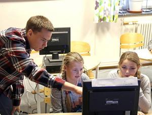 Carl Sjödin visar hur man arbetar med Scratch.