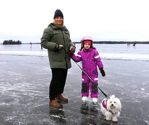 Lotta och olivia Sandberg testade isen tillsammans med hunden Tingeling.