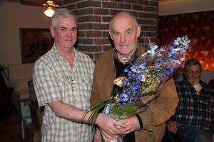 Går efter 40 år. Inge Swerin avtackar Hasse Eriksson, till höger, som varit trotjänare som Färila fiskevårdsområdes kassör.