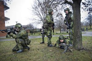 Gruppering inför skjutövningen i centrala Bollnäs på söndagsmorgonen.