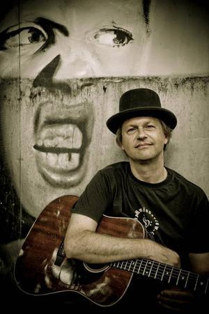 Singer songwriter Tommy Womack kommer direkt från Nashville.